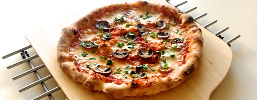 Πίτσα με μανιτάρια και φρέσκο κρεμμύδι