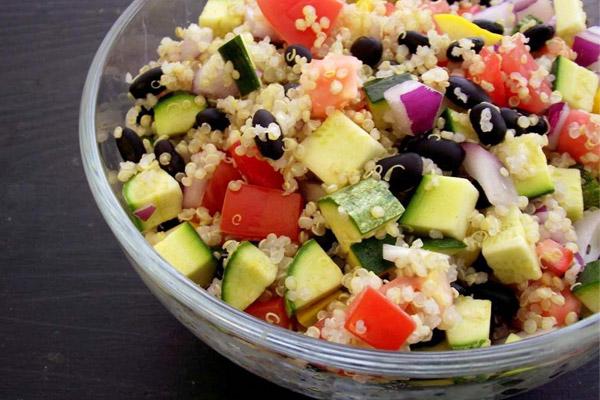 Σαλάτα με κινόα και βραστά λαχανικά