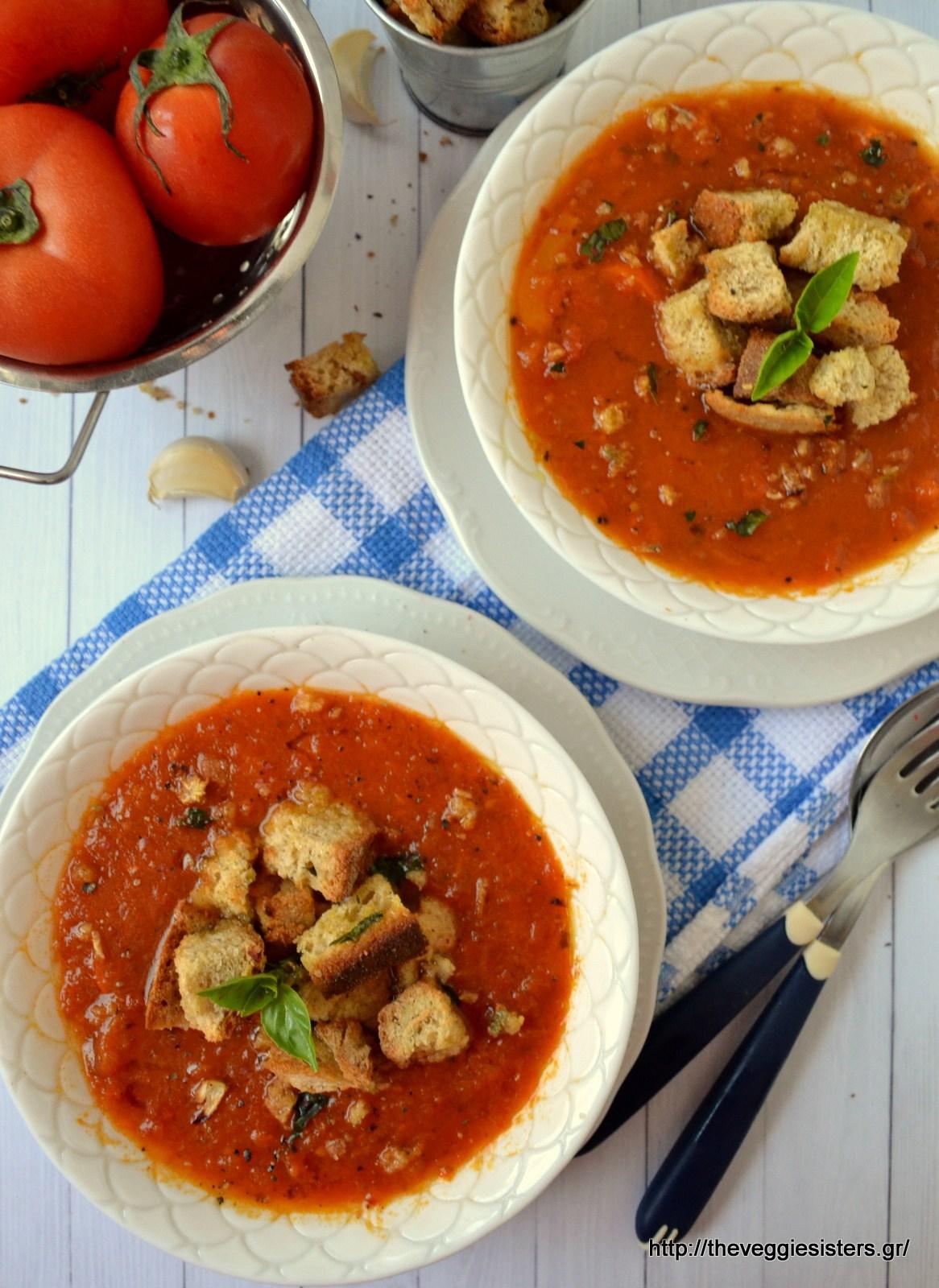 Καλοκαιρινή βελουτέ σούπα με ψητές ντομάτες και βασιλικό