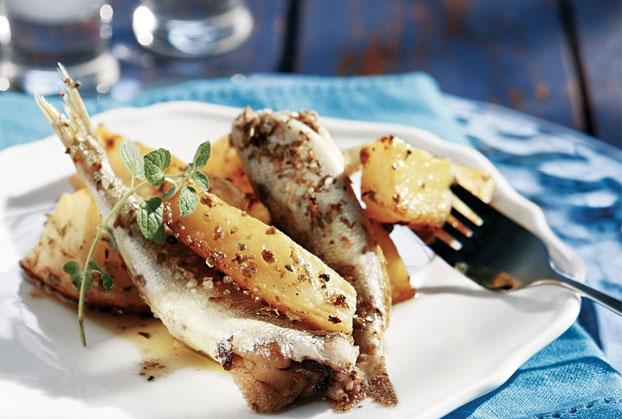 Σαρδέλες φούρνου με λεμονάτες πατάτες και σκόρδο