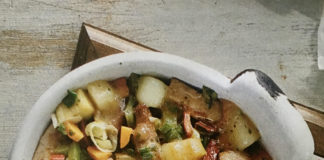 Χοιρινή πανσέτα στο τηγάνι με λαχανικά και καπνιστό τυρί