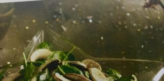 Σαλάτα με σπανάκι, μανιτάρια και σάλτσα μουστάρδας
