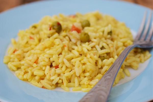Κίτρινο ρύζι με αρακά και καρότο