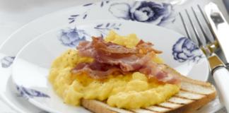 Αυγά με μπέικον και μπούκοβο