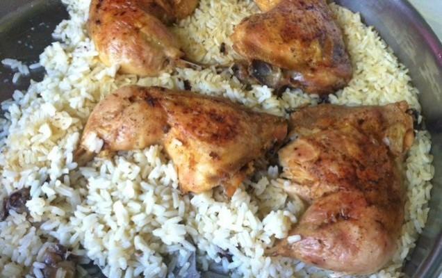 Μπουτάκια κοτόπουλου με ρύζι στο ταψί
